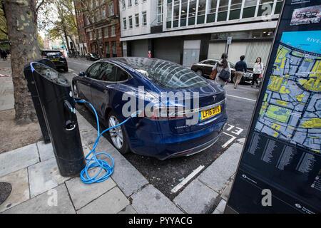 Tesla Model S auto elettrica la carica sulla street nel centro di Londra, Inghilterra, Regno Unito