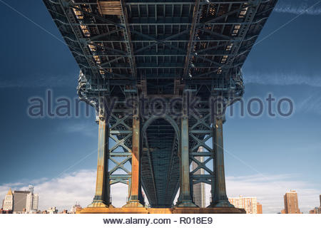 Sotto il ponte di Manhattan a New York City Foto Stock