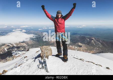 Uomo felice sulla cima del monte Elbrus. Escursioni invernali, per raggiungere l obiettivo Foto Stock