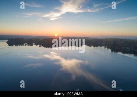 Bel tramonto a Katrineholm, Svezia e Scandinavia. Incantevole Natura e paesaggio in autunno di sera. Nizza all'aperto photo shot con drone in cielo Foto Stock