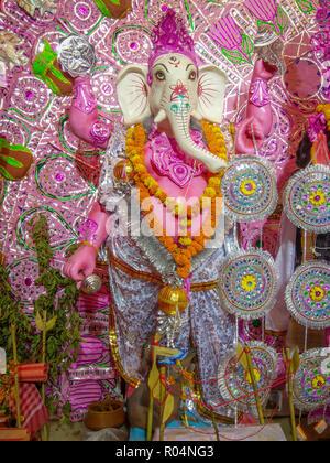 Idolo di argilla del Signore Ganesha essere adorato. Noto anche come Ganapati, Vinayaka, Pillaiyar o Binayak Foto Stock