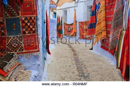 Marocchino tradizionale di tappeti e tessuti su display, Chefchaouen, Marocco Foto Stock