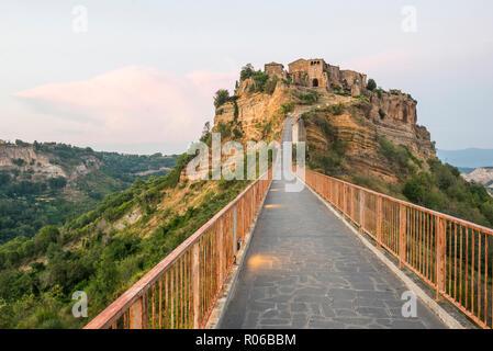 Civita di Bagnoregio al tramonto, provincia di Viterbo, Lazio, l'Italia, Europa