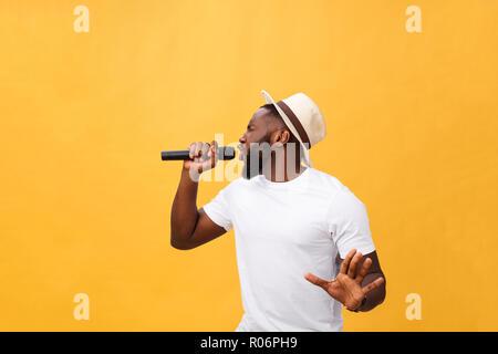Giovane nero adolescente americano africano ragazzo cantante di eseguire in un concerto. Foto Stock