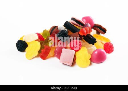 Un mucchio di caramelle su sfondo bianco Foto Stock