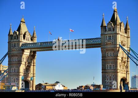 Londra, Inghilterra, Regno Unito. Il collegato torri gemelle dell'iconico Tower Bridge crogiolarsi sotto il sole del pomeriggio.