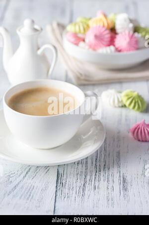 Tazza di caffè con le meringhe colorate Foto Stock