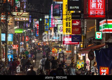 TAIPEI, Taiwan, 28 marzo 2017 : vista notturna di una affollata strada commerciale di Taipei con verticale illuminato insegne al neon, Taiwan Foto Stock