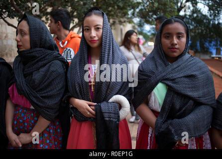 50655e1407c5 Giovani donne vestite con abiti tradizionali durante una celebrazione  religiosa al di fuori del Templo de