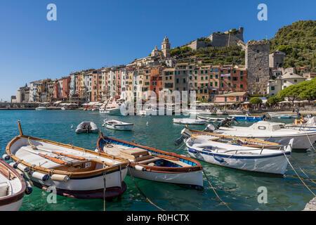 Bellissima vista del centro storico di Portovenere in una giornata di sole, Liguria, Italia Foto Stock