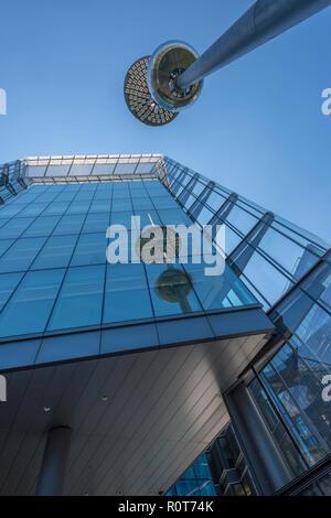 Insolita e abstract architettura a più Londra posto nel centro di Londra. vetro frontale in contemporary edifici per uffici nel centro di Londra.
