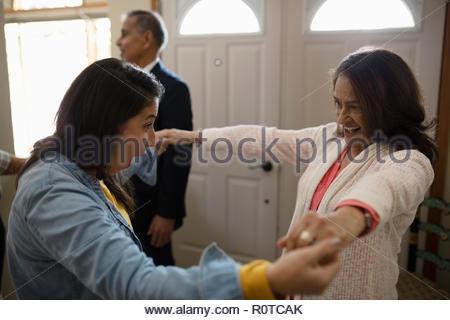 Entusiastico Latinx donna madre di saluto Foto Stock
