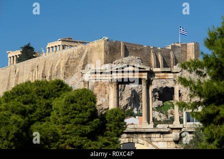 Atene. La Grecia. Arco romano di Adriano aka la Porta di Adriano, con il Partenone e Acropoli in background. (Frontone di livello superiore). Foto Stock