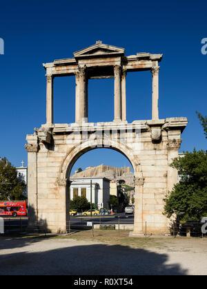 Atene. La Grecia. Arco romano di Adriano aka la Porta di Adriano, con il Partenone e Acropoli in background. Foto Stock