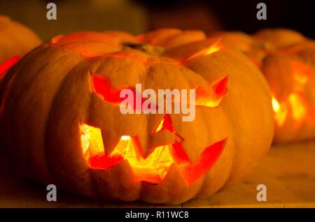 Facce Zucche Di Halloween.Zucche Di Halloween Con Facce Scavate Foto Immagine Stock