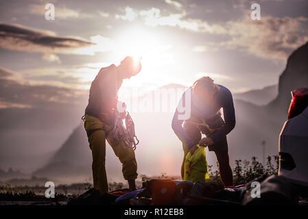 Gli amici di rock climbing trip, Squamish, Canada Foto Stock