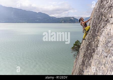 Donna rock climbing, Squamish, Canada Foto Stock