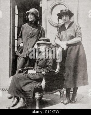 Madame Curie, centro, visto qui con le sue due figlie. Marie Curie Skłodowska, nato Maria Salomea Skłodowska, 1867 - 1934. Polacco e naturalizzato francese-fisico e chimico. Da La Esfera, pubblicato nel 1921. Foto Stock