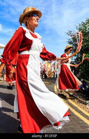 ... arancio e bianco costumi. Broadstairs Settimana della Musica Folk  Festival. Inglese ballerini folk 81fdb596db7e