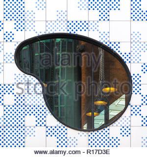Astratto foto architettoniche con puntini blu facciata, finestra sagomata e riflessione industriale Foto Stock