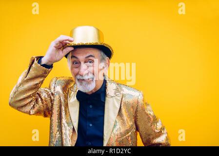 Cocky senior uomo in un hip-hop outfit gesti con le mani e guardando la telecamera  isolata su sfondo bianco  Divertente e stravagante uomo senior in posa su  ... afe71d8addc9