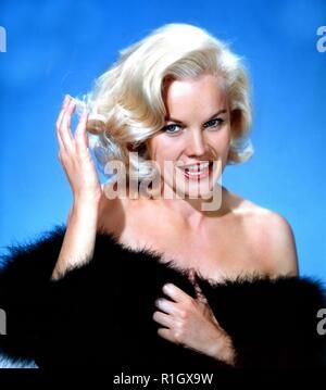Carroll Baker (nato il 28 maggio 1931) è un pensionato actrice americano di film, stadio, e televisione. In tutto gli anni cinquanta e sessanta, panettiere gamma di ruoli da ingenui ingénues di insolente e donne fiammeggiante ha stabilito il suo come sia un grave attrice drammatica e un pin-up. Dopo aver studiato con Lee Strasberg all'protagonisti Studio, Baker ha cominciato ad esibirsi a Broadway nel 1954, dove fu reclutato dal regista Elia Kazan per svolgere un ruolo guida nel film di Tennessee Williams Baby Doll (1956). Il suo ruolo nel film come sessualmente repressa sposa meridionale guadagnato il suo premio BAFTA e la nomination all Oscar per la migliore
