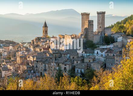 Pacentro in un tardo pomeriggio autunnale, borgo medievale in provincia de L'Aquila, Abruzzo, Italia centrale. Foto Stock