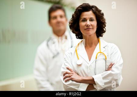 Ritratto di donna medico con il collega in background. Foto Stock