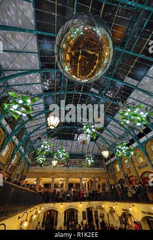 Mercato di Covent Garden di Londra, Regno Unito. Il 13 novembre 2018. Luci e decorazioni natalizie conformato baubles e vischio acceso a Londra, UK Credit: Paul Brown/Alamy Live News Foto Stock