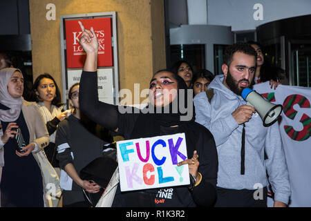 Londra, Regno Unito. 13 Novembre, 2018. Gli studenti prendono parte a un Creative e nonviolenta Festival di resistenza organizzata per protestare contro un discorso al King's College di Londra (KCL) da Mark Regev, l ambasciatore israeliano presso il Regno Unito, contro la conseguente normalizzazione e legittimazione da parte di KCL di Israele la oppressione del popolo palestinese e contro di KCL la necessità di perseguire in attivismo degli studenti. Credito: Mark Kerrison/Alamy Live News Foto Stock