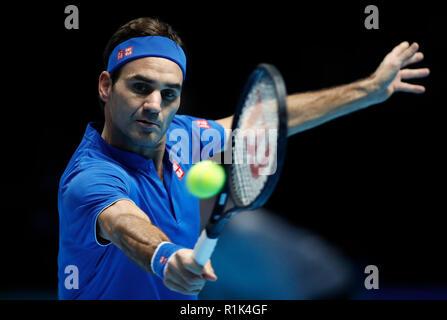 Londra, Regno Unito. Xiii Nov, 2018. Roger Federer compete durante il singles match contro Dominic Thiem dell'Austria durante il giorno 3 del 2018 Nitto ATP World Tour Finals presso la O2 Arena di Londra, Gran Bretagna il 9 novembre 13, 2018. Credito: Han Yan/Xinhua/Alamy Live News Foto Stock