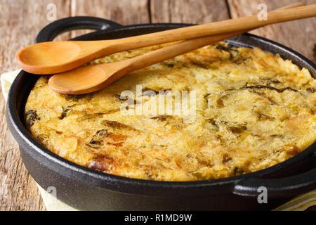 Inglese Bubble e Squeak di cosse al forno purè di patate con cavolo e i cavoli di Bruxelles di close-up in una padella orizzontale. Foto Stock
