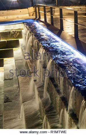 Una lunga esposizione man-made in cascata e di marea sulla ventola molo lungo Boston Harborwalk Foto Stock