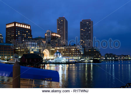 Boston, Massachusetts, STATI UNITI D'America - 26 Gennaio 2017: la mattina presto vista Rowes Wharf sul lungomare di Boston Foto Stock