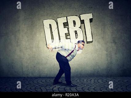 Imprenditore con enorme debito sulla sua schiena come un simbolo di onere della a causa di un sacco di soldi per le lezioni, carte di credito, le imprese non riuscita Foto Stock