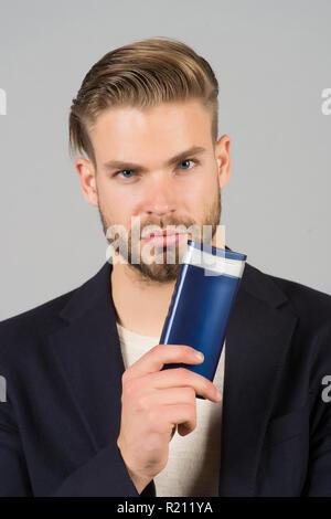 ... da bagno o doccia. Imprenditore con bottiglia di shampoo. Uomo Barbuto  tenere il tubo di gel. Cura dei ba1b1cf7817c