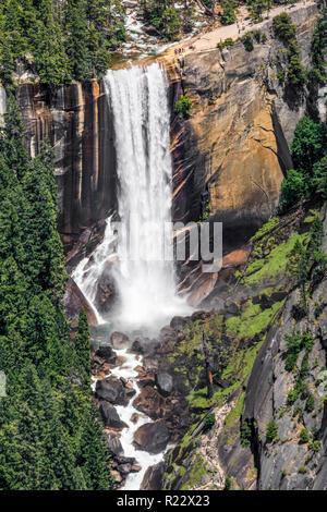 Il fiume Merced si immerge nel corso primaverile cade come visto dal punto di Washburn nel Parco Nazionale di Yosemite in California, Stati Uniti d'America. Foto Stock
