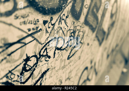 Una sezione di graffiti sulla famosa East Side Gallery il muro di Berlino, Berlino, Germania. Foto Stock
