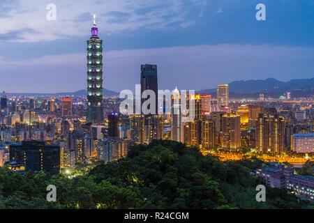Skyline della città e Taipei 101 edificio nel distretto di Xinyi, Taipei, Taiwan, Asia Foto Stock