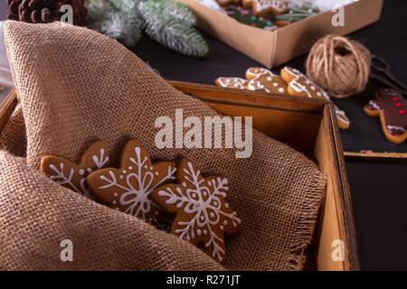 In casa biscotti di Natale nella casella Foto Stock