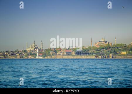 Istanbul, Turchia, Aprile 9, 2013: Vista della Moschea Blu e Hagia Sophia (Aya Sofia), attraverso il Bosforo. Foto Stock