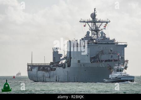 La Marina degli Stati Uniti (Whidbey Island classe) dock landing ship USS Gunston Hall (LSD-44) arrivando a Portsmouth, nel Regno Unito il 9 novembre 2018. Foto Stock