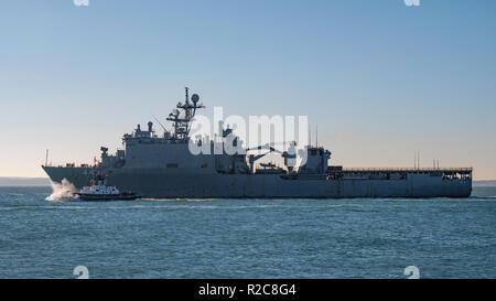 La Marina degli Stati Uniti (Whidbey Island classe) dock landing ship USS Gunston Hall (LSD-44) uscire Portsmouth, Regno Unito il 18 novembre 2018. Foto Stock