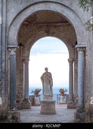 Statua di Cerere nei giardini di Villa Cimbrone all'ingresso della terrazza dell'Infinito, Ravello, Italia meridionale. Mare Mediterraneo distanza.