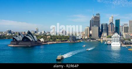 Royal class Majestic Princess nave da crociera attraccata al Circular Quay Porto di Sydney Opera House di Sydney Sydney CBD skyline NSW Australia.
