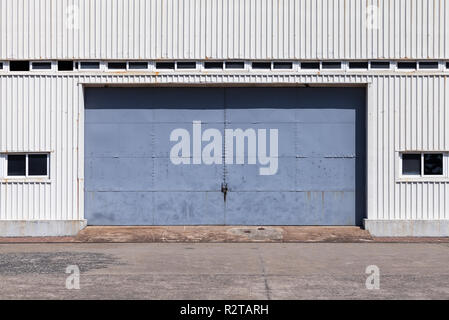 Chiuso blue gate in bianco metallo nervata parete magazzino, sfondo piatto texture foto Foto Stock