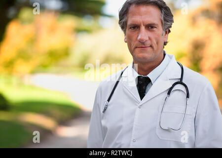 Medico maschio pone per un ritratto in un parco. Foto Stock