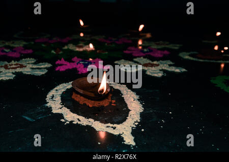 Felice Diwali Festival, decorazione poster sfondo isolato. Creative lampade ad olio con ornamento decorativo. Shiny colorato con sfondo illuminato, Foto Stock