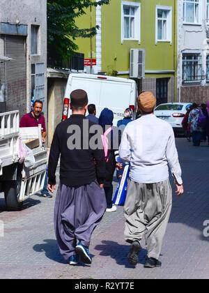 Istanbul, Turchia, Settembre 20, 2018: due uomini musulmani in abiti tradizionali fare shopping sulla strada della città vecchia Foto Stock