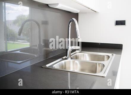 Vasca Da Cucina In Acciaio : Una doppia vasca lavello in acciaio inox sul banco di cucina foto